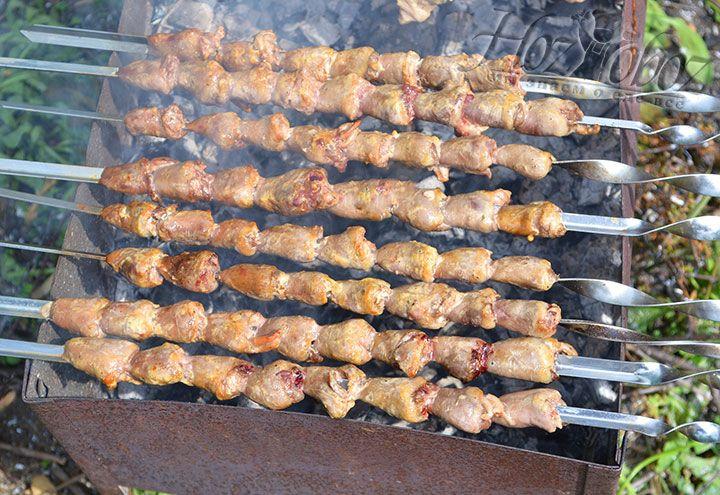 Приготовим шашлык из куриных сердечек на мангале, не забывая при этом вращать шампуры по кругу