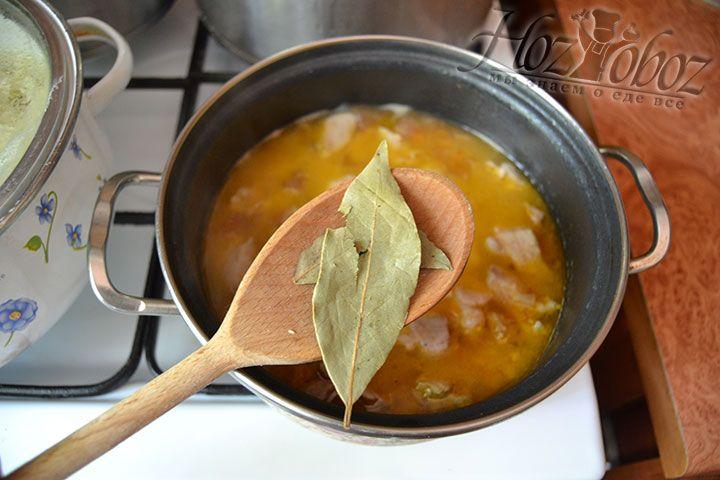 На финальной стадии приготовления блюда положите в кастрюлю три лавровых листа