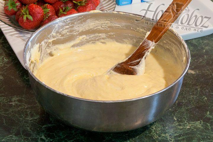 Смешаем подготовленную муку с яичной сладкой смесью