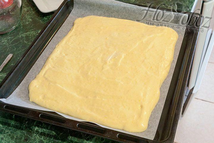 Распределяем готовое тесто по пергаменту, уложенному на лист