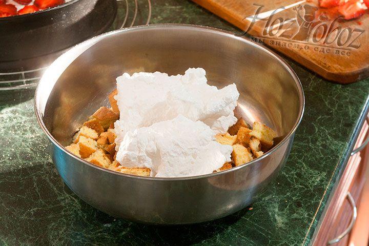 Смешиваем 1/3 сливок с кубиками бисквита