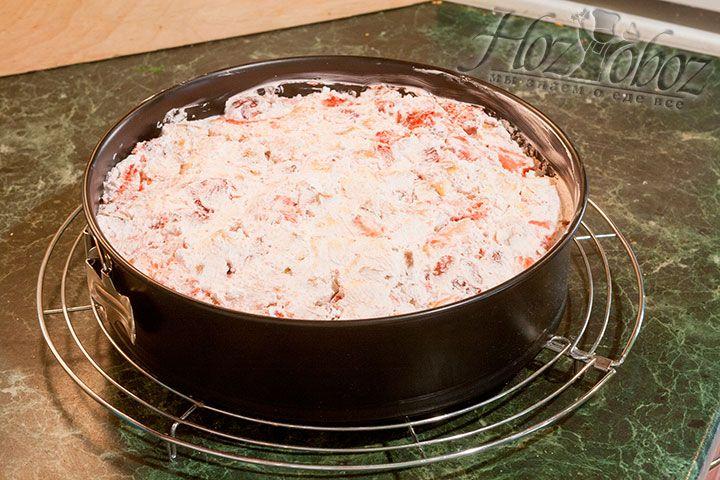 Формуем следующий слой торта смесью бисквитных кубиков/сливок/клубники