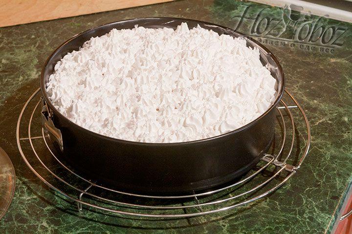 Выкладываем все оставшиеся сливки в кондитерский мешок и украшаем торт, выбрав подходящую насадку