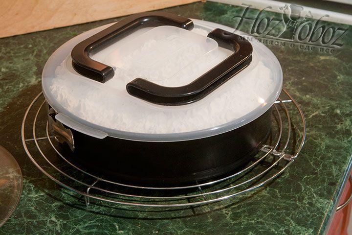 Накрыв крышкой, отправляем торт в холодильник примерно на сутки
