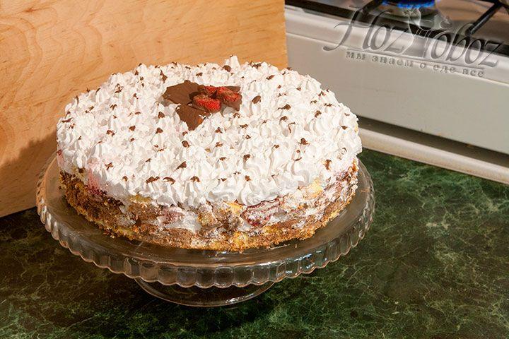 Украшаем торт разогретым шоколадом, шоколадными листьями и клубникой