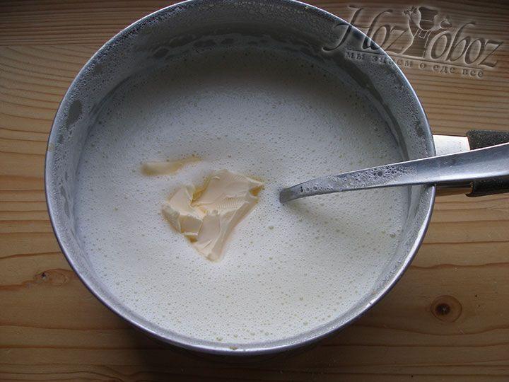 В молочную смесь добавляем масло
