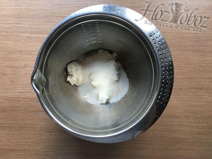 Чтобы замесить тесто кладем в миску творог и сахар