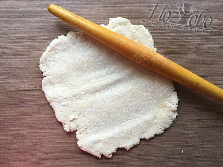 Тесто раскатываем в пласт по размеру формы с запасом, ведь нам нужно будет смастерить высокий край пирога