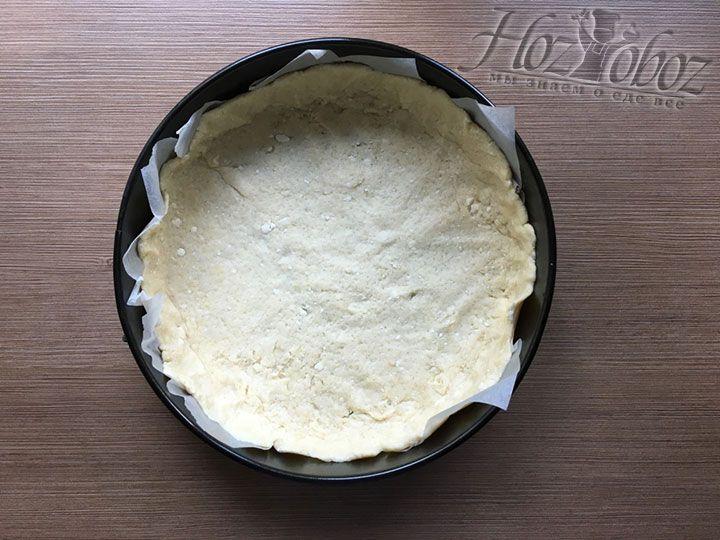 Укладываем корж внутрь формы, поверх пергамента, и формируем краешек пирога