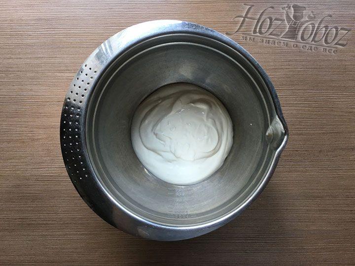 Для приготовления начинки помещаем в миску 300 мл сметаны