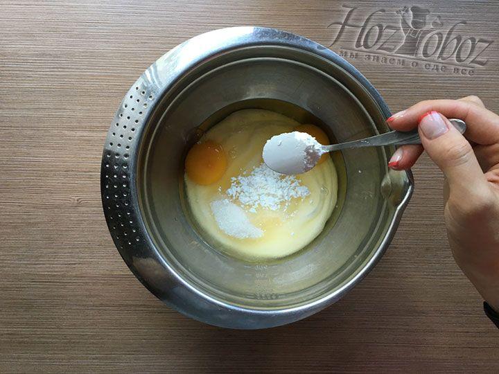 Вводим крахмал. Его должно быть не менее 2 и не более 4 чайных ложек. Учтите, чем больше крахмала, тем плотнее крем внутри пирога. Мы кладем 3 ч.л.