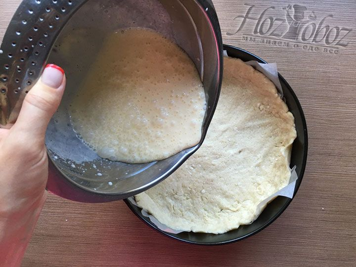 Переливаем крем из сметаны в заготовку для пирога