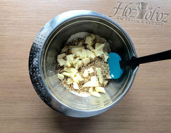 Нарезаем в тесто кусочками охлажденное масло