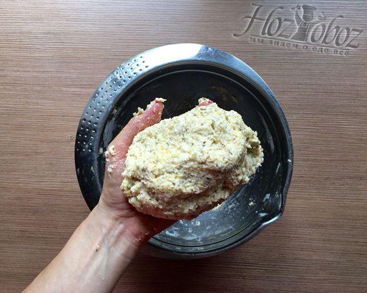 Соединим все продукты и замесим мягкое тесто