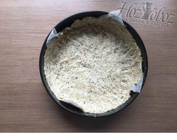 С раскатанного коржа снимаем один лист пергамента, застилаем тесто в форму пергаментом вниз и делаем пирогу краешек