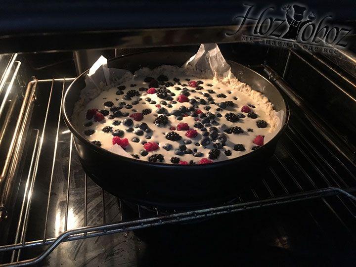 Выпекать пирог следует около 40 минут при температуре 180 градусов. При необходимости в процессе его можно прикрыть пергаментом чтобы не подгорел