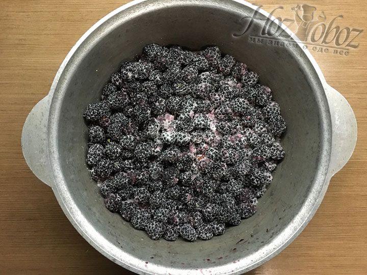 Встряхиваем заготовку чтобы сахар распределился равномерно на все ягоды