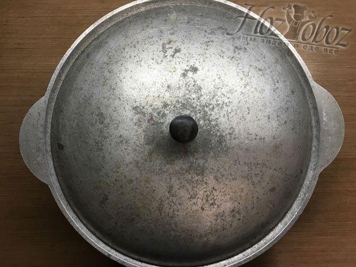 Чтобы ежевика пустила сок и произвела сироп, накрываем кастрюлю крышкой и оставляем при комнатной температуре на ночь