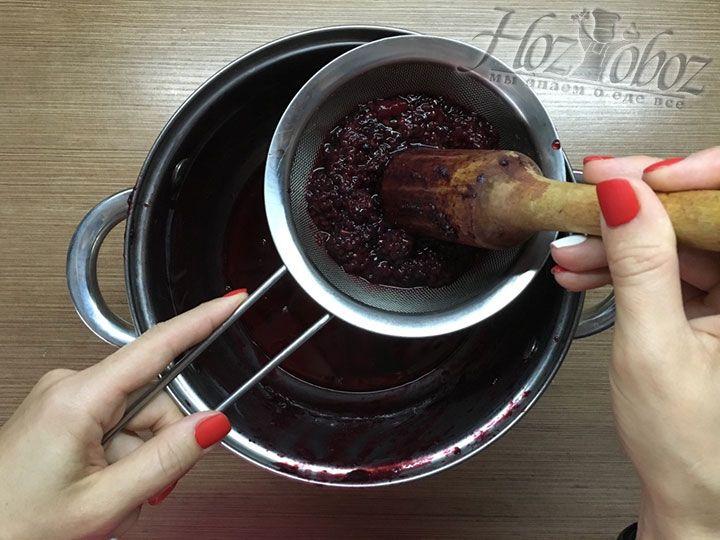 Теперь ягоды порциями необходимо протереть через сито и удалить из варенья косточки