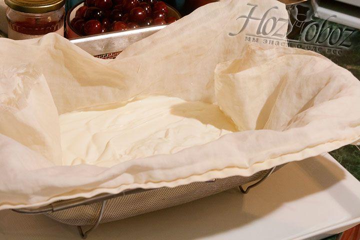 Процедим жирную сметану через специальную ткань, воспользовавшись металлическим ситом