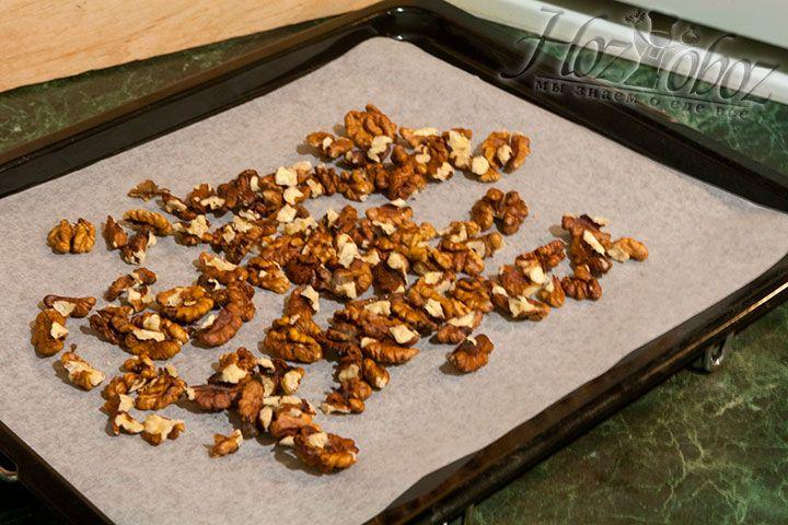 Орехи почистим, разместим на листе с пергаментом