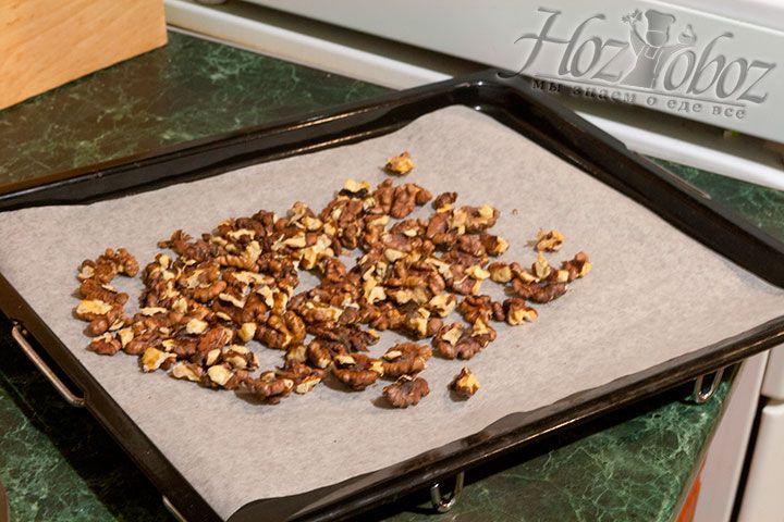 Грецкие орехи подсушиваем в духовке 5 минут
