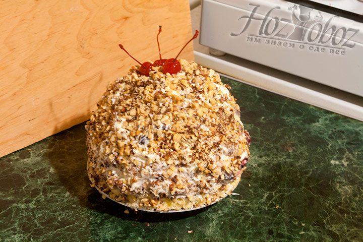 Украшаем готовый Санчо Панчо коктейльными вишнями.Торт можно украсить и более традиционно, не обсыпая орехами, а просто полив его расплавленным шоколадом или шоколадной помадкой