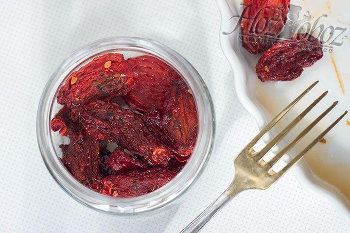 И вот пришло время наполнять баночку вяленными томатами и при желании, для особенно насыщенного вкуса, посыпать дополнительно пряными травами