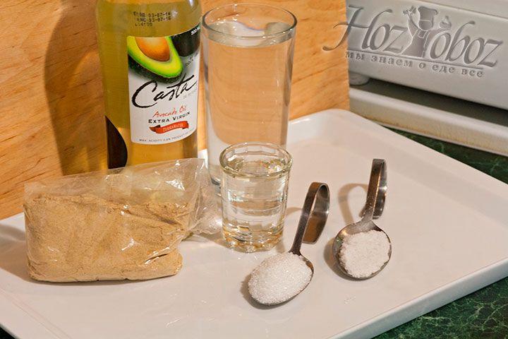 Подготавливаем для приправы следующие продукты – горчичный порошок, растительное масло (авокадо), сахар, соль, уксус)