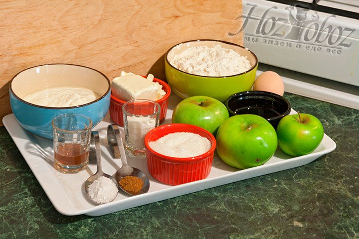 Выкладываем на рабочую поверхность все нужные для пирога продукты