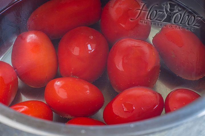 Теперь помидоры следует поместить в глубокую не пластиковую посуду и залить на пару минут кипятком, а затем вынуть и обдать ледяной водой