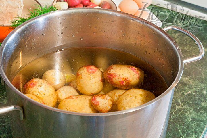 Отварим молодой картофель и подготовим его для нарезки в окрошку