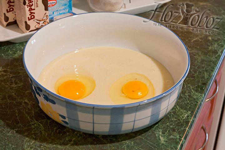 Разобьем в глубокую посуду два яйца