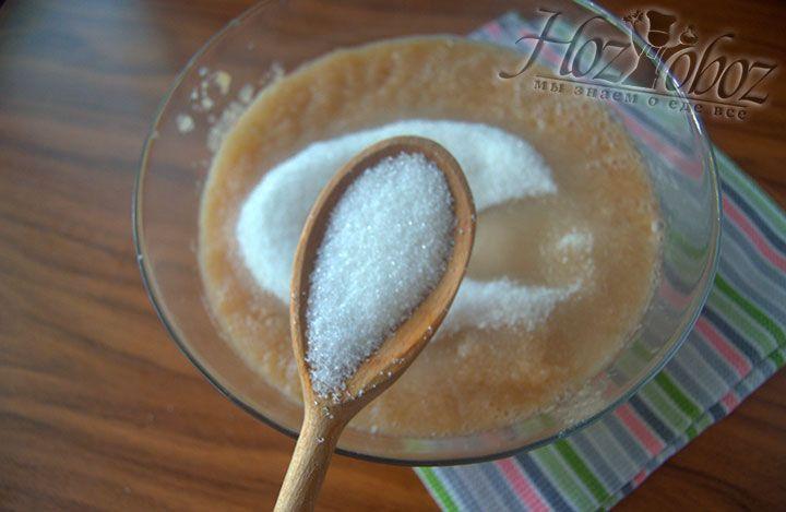Всыпьте сахар в миску с основой блюда