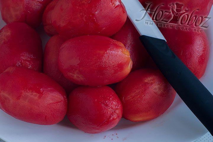 Очищать помидоры можно как с помощью ножика так и вручную