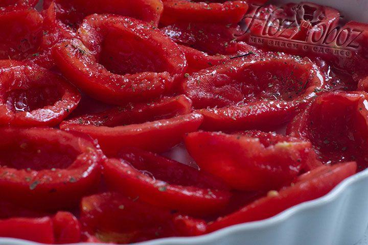 Сверху помидоры нужно также сбрызнуть растительным маслом, а также посолить и приправить любимыми ароматными травами