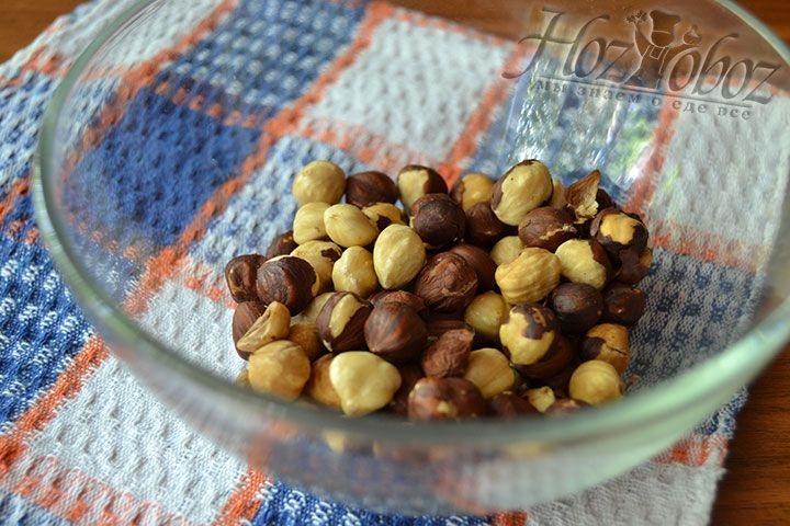 Очистите лесные орехи от скорлупы и поместите их в миску