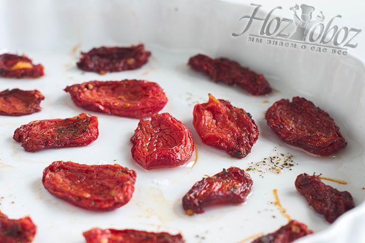 Разогрейте духовку до 50 градусов и поместите в нее томаты примерно на 8-12 часов. Но следите за тем чтобы помидоры не стали жесткими, а только слегка сморщились и потемнели