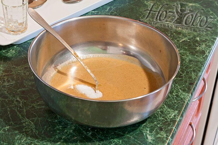 Подсолим горчицу, применив кошерную (каменную) соль