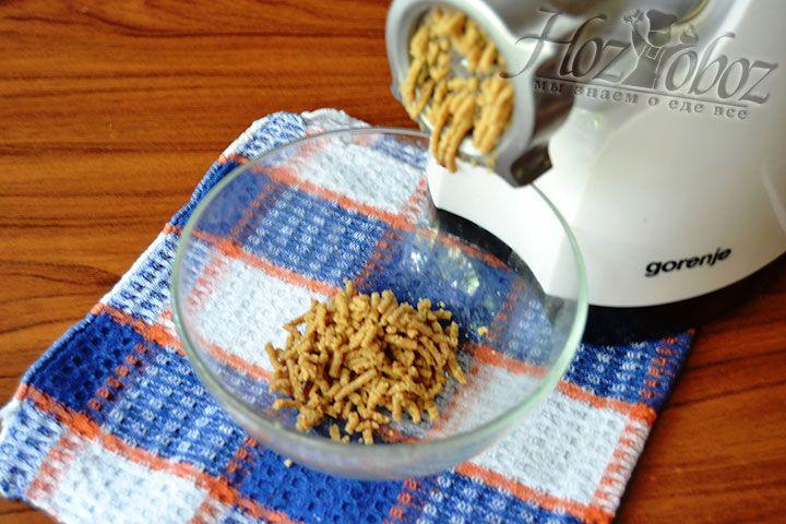 Пропустите орехи через мясорубку несколько раз до момента их превращения в однородную массу