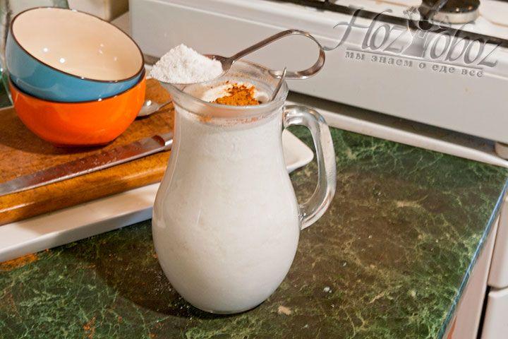 Соединяем кефир, соль, молотый красный перец и смешиваем с остальными продуктами, нарезанными для окрошки