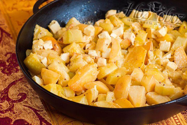 Кусок Адыгейского сыра нарезаем кубиками того же размера что и овощи и вводим в сабджи. Теперь снова накрываем сотейник крышкой чтобы протушить все те же 5 минут