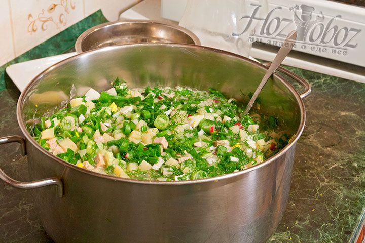 Для равномерного распределения продуктов в блюде аккуратно перемешаем окрошку