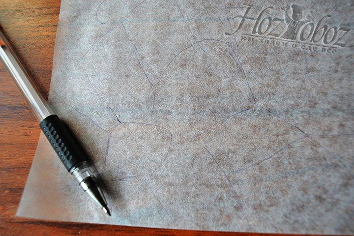 Чтобы бисквитный рулет за 5 минут выпекся с небанальным румяным цветом, нужно на пергаментной бумаге нарисовать пчелиные соты