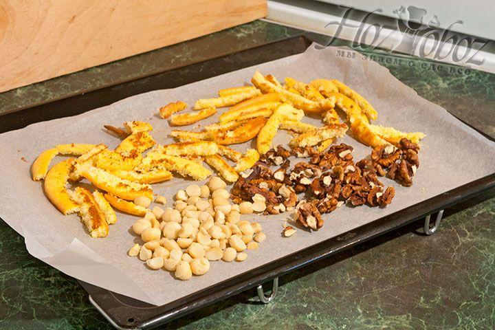 Подсушить в духовке орехи и обрезки коржей пару минут