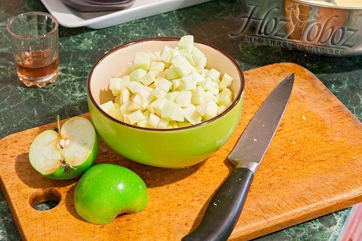Чистим яблоки, нарезаем их кубиком