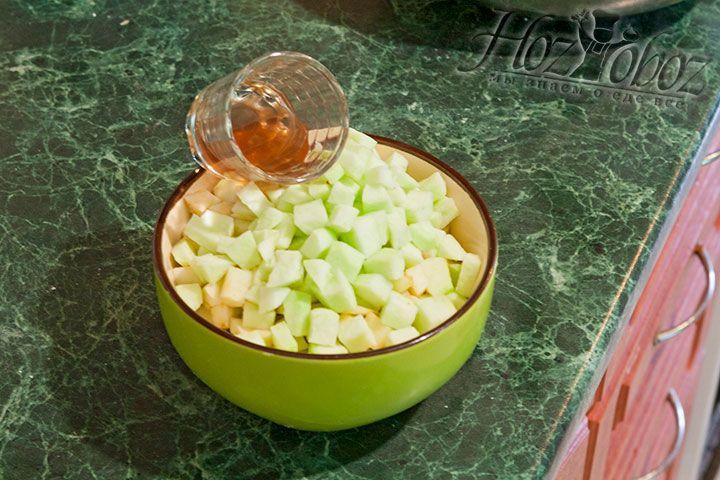 Яблоки смешиваем с уксусом