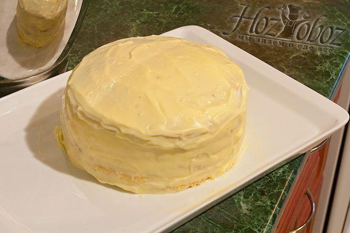 Смажьте все коржи и сам торт сверху