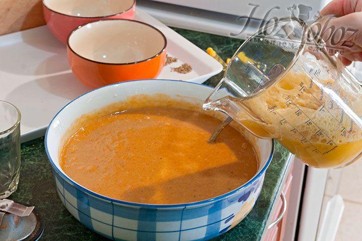 Вымешиваем тесто, добавляем яичную смесь