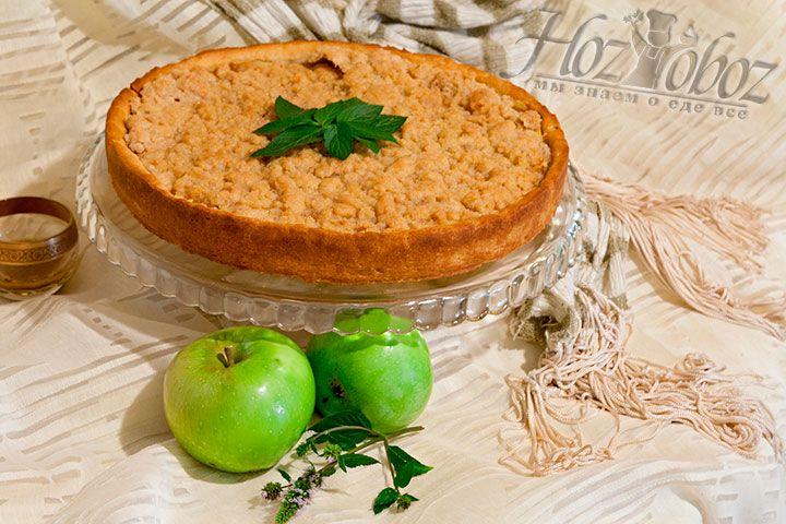 Достаём готовый пирог из формы, декорируем его веточками шоколадной мяты